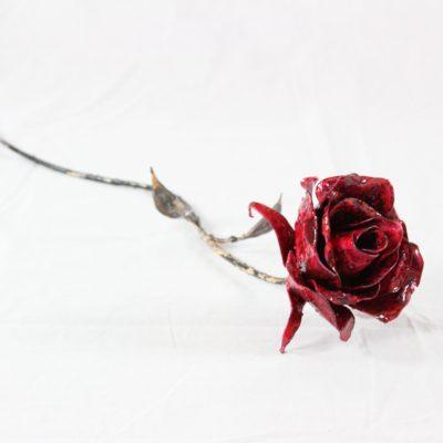 Rose rouge en métal