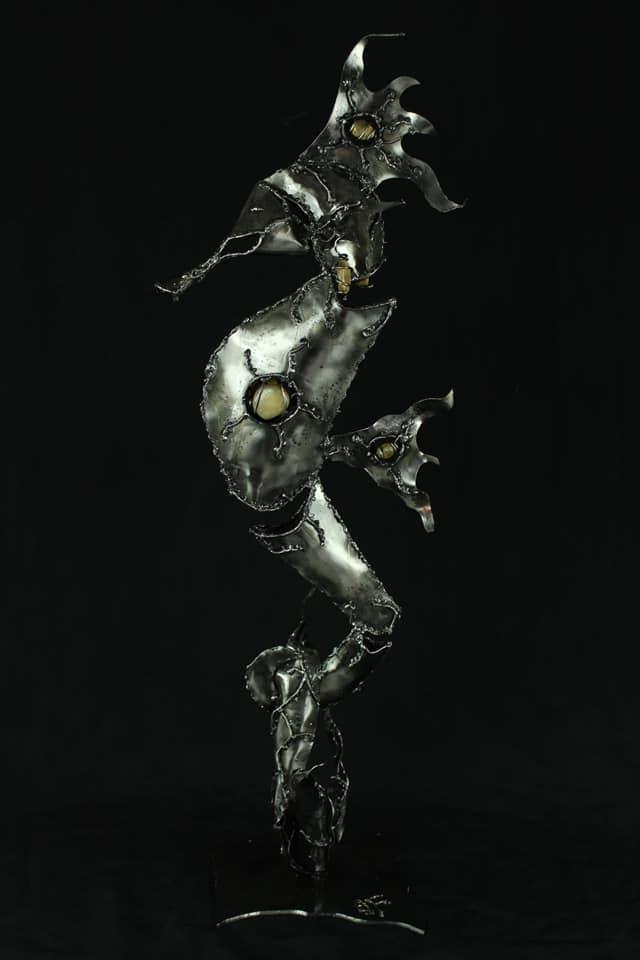 Sculpture d'hippocampe en métal