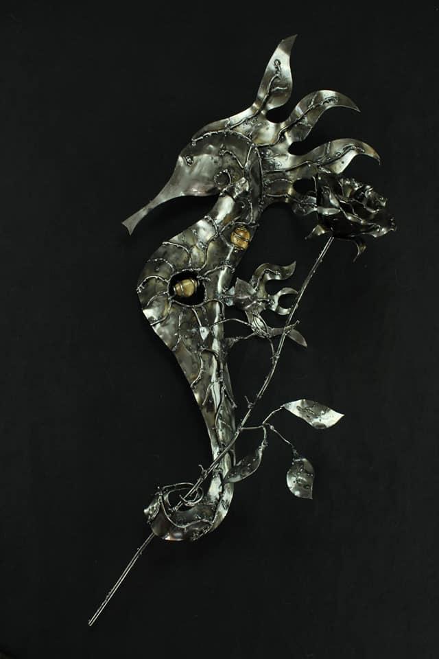 Hippocampe avec rose en métal