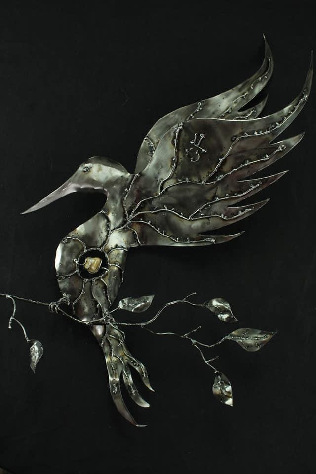 Oiseau sur sa branche en métal