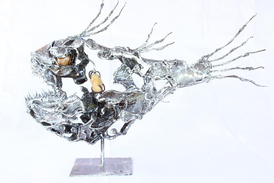 Sculpture de poisson en métal