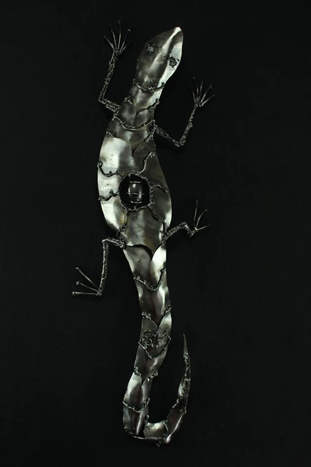 Sculpture de salamandre en métal
