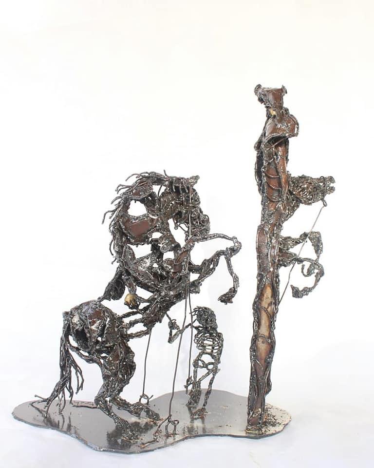 Sculpture métallique d'un cheval cabré