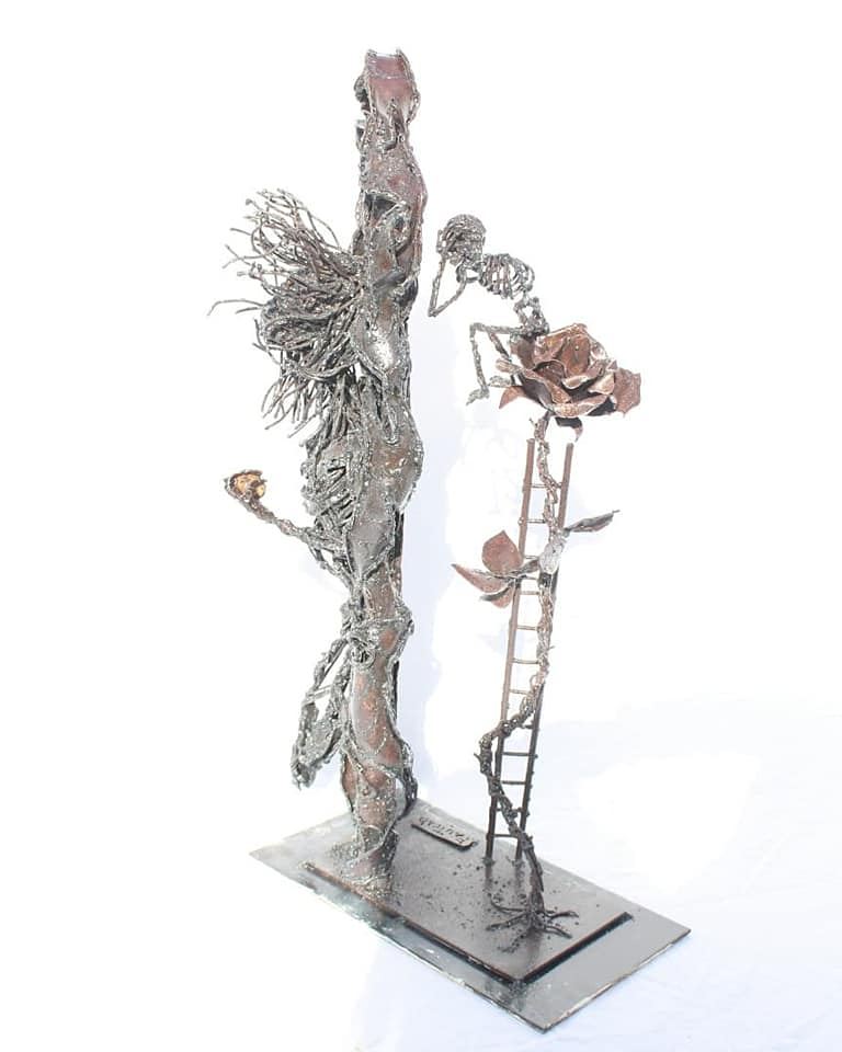 Squelette sur sa rose