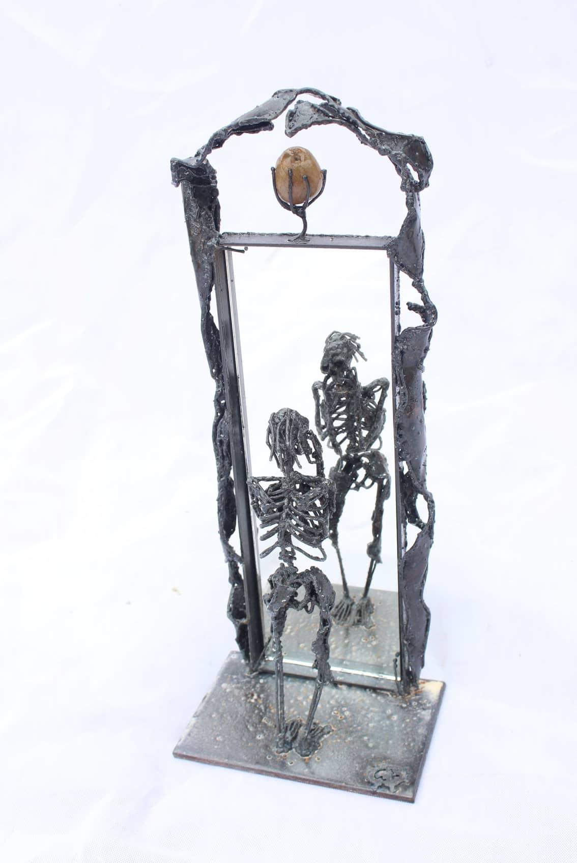 Sculpture en métal - Squelette devant miroir