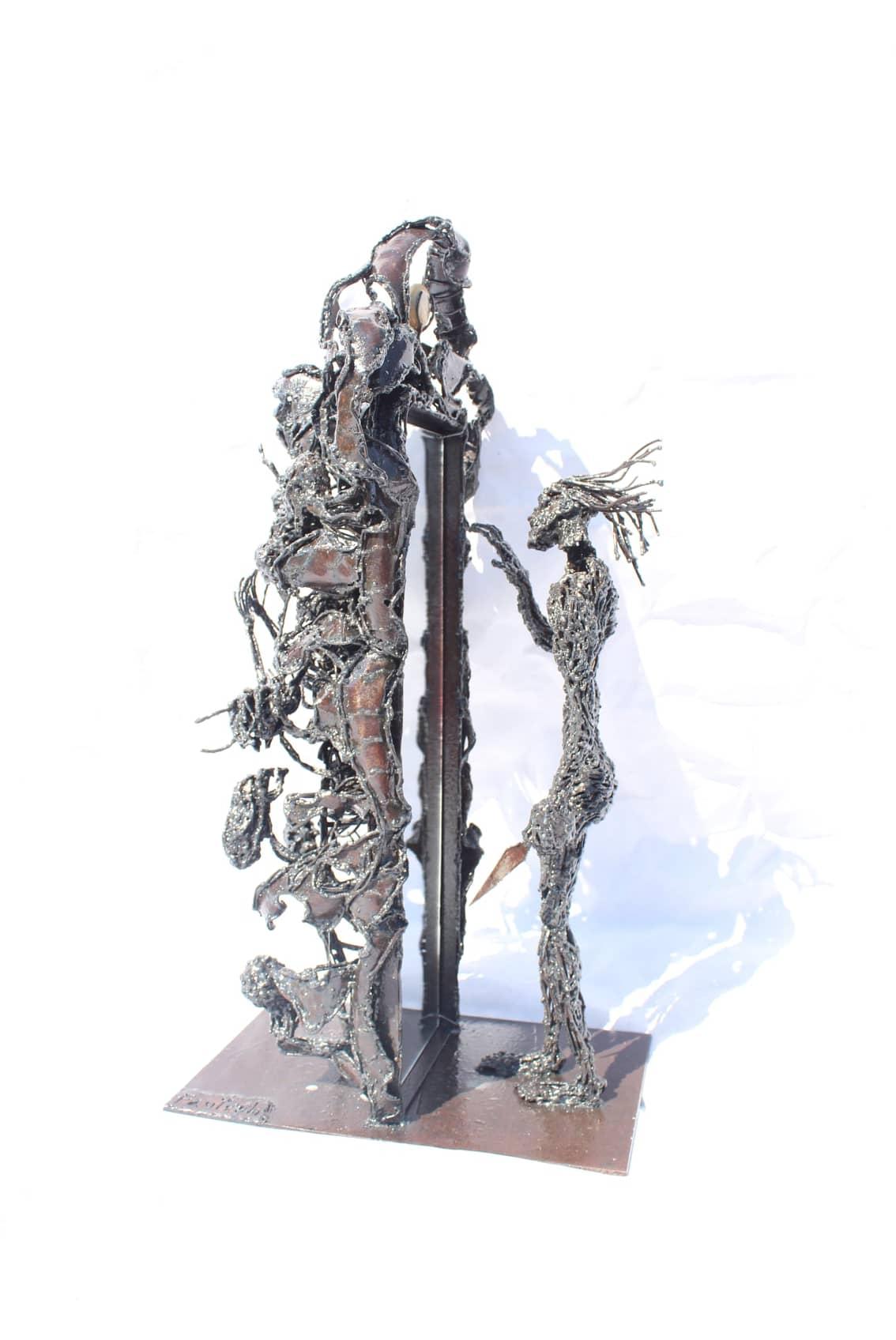 Sculpture d'homme devant son miroir en métal