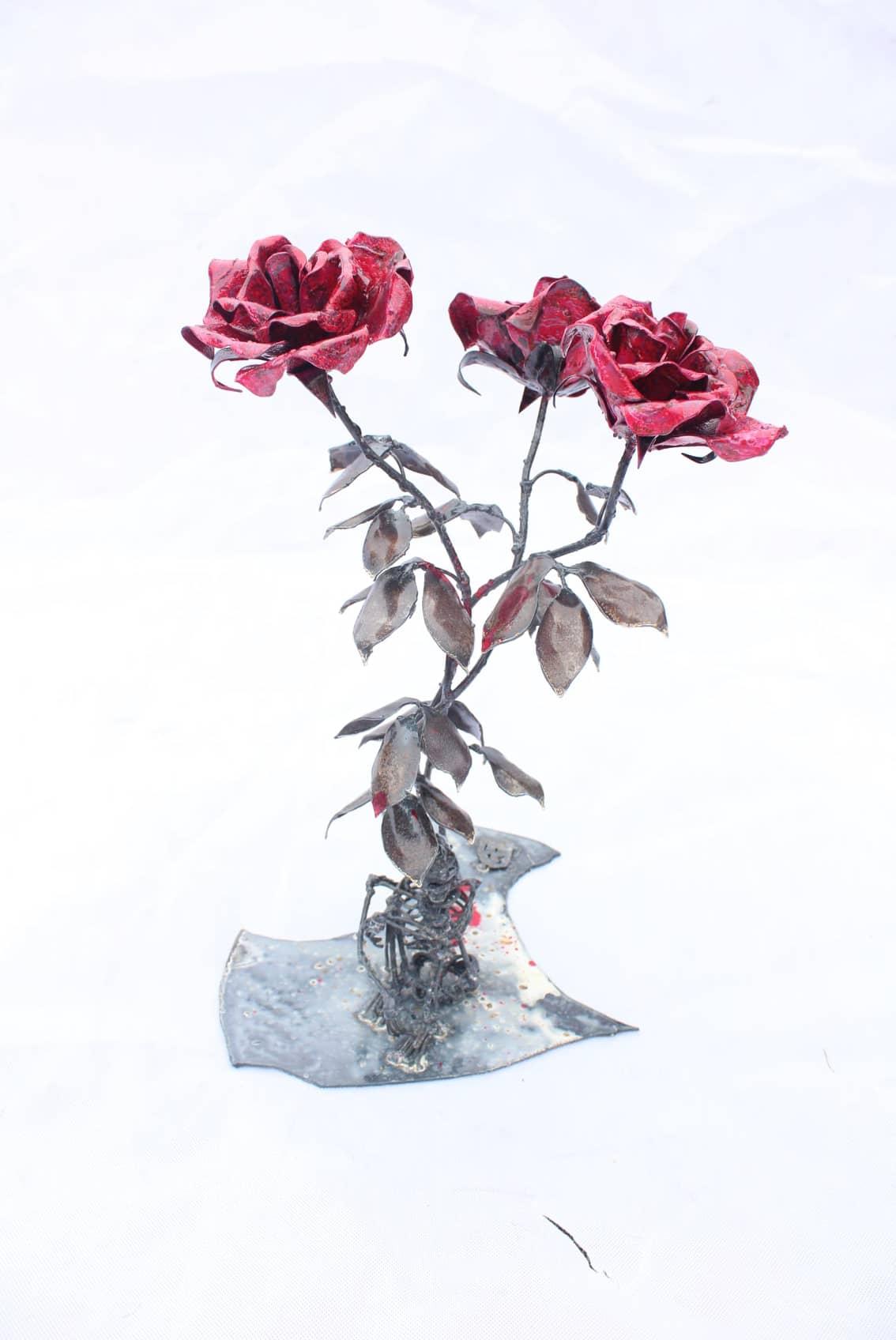 Squelette au pied de 3 roses