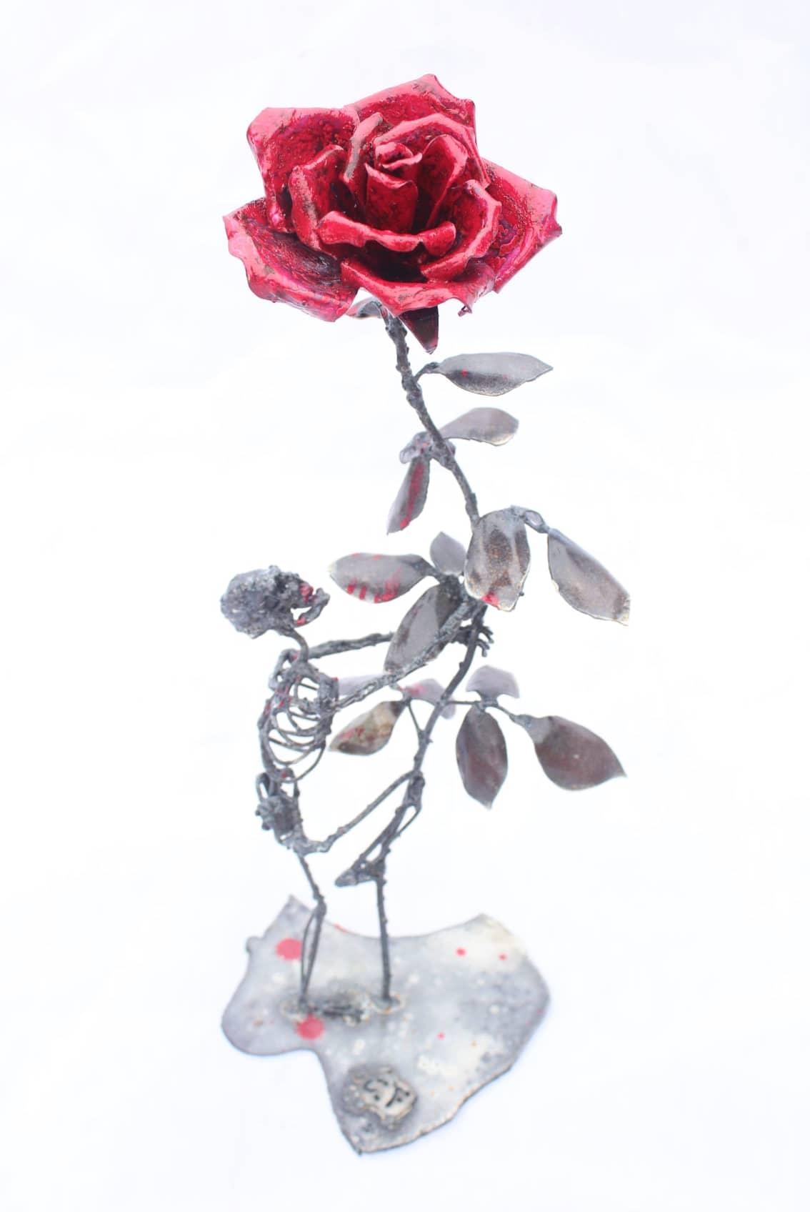 Squelette avec rose en métal