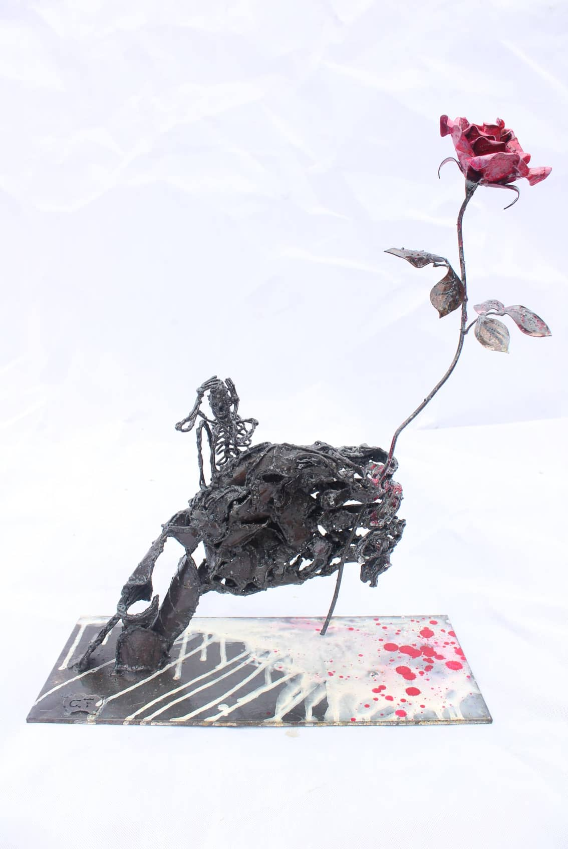 Sculpture d'une main tenant une rose